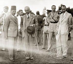 Harold MacMichael (dua dari kiri)